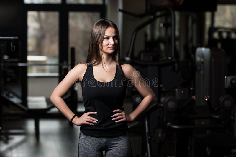 Jovem mulher saudável que dobra os músculos fotos de stock