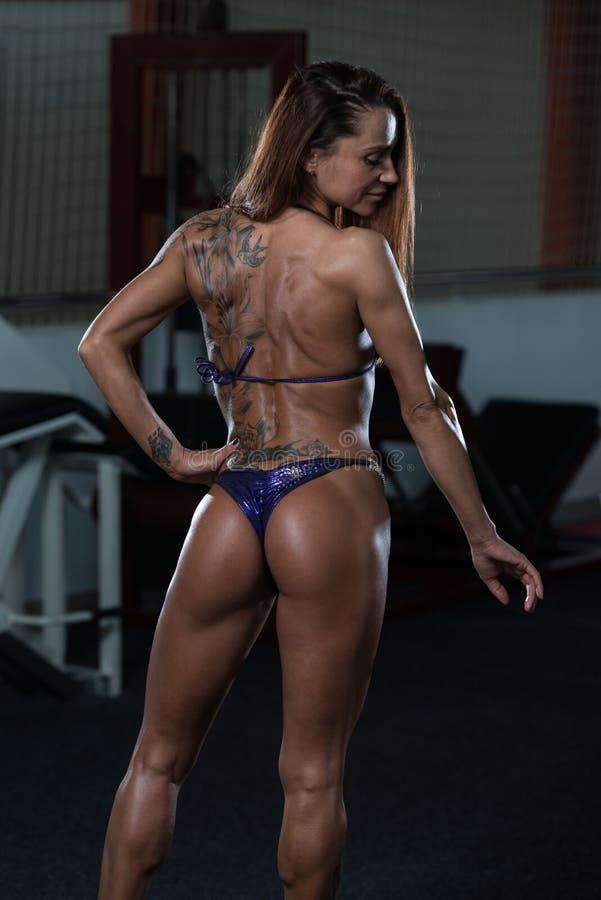 Jovem mulher saudável que dobra os músculos imagem de stock royalty free