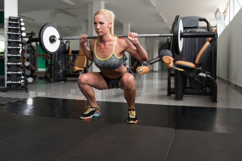 Jovem mulher saudável que faz o exercício para os pés fotos de stock royalty free