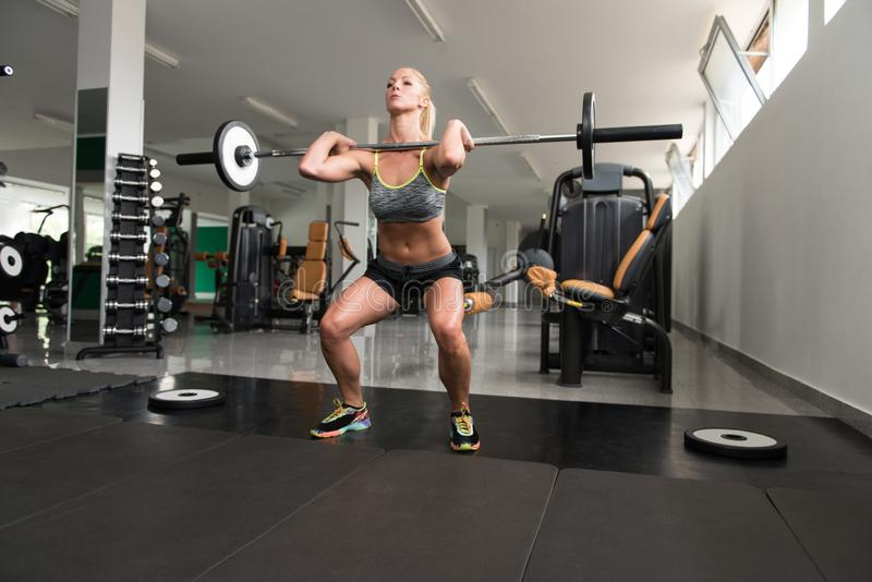 Jovem mulher saudável que faz o exercício para os pés fotografia de stock royalty free