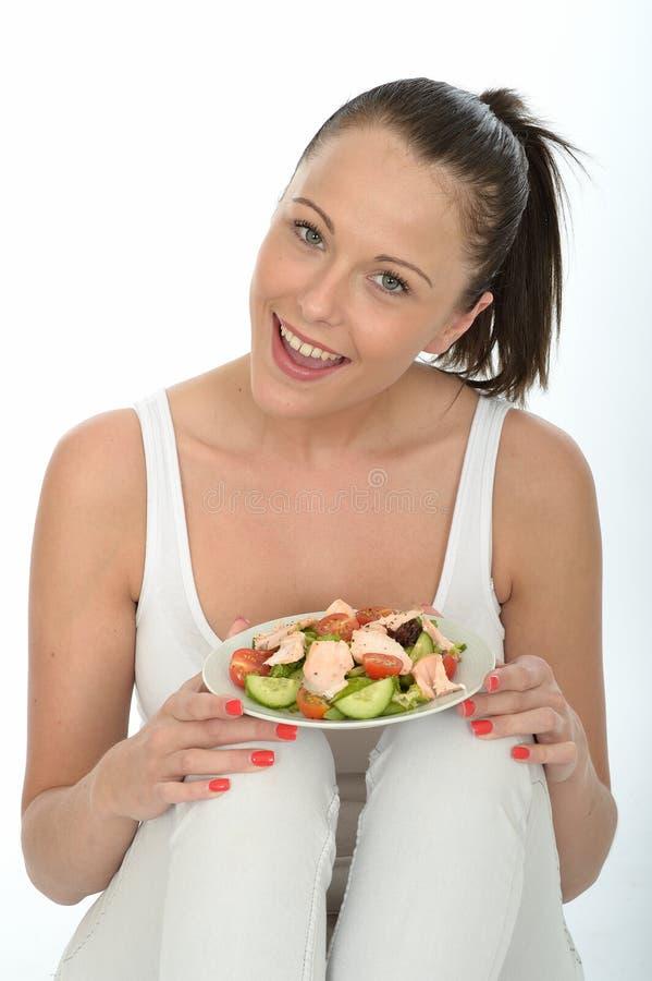 Jovem mulher saudável que guarda uma placa de Salmon Salad imagem de stock royalty free