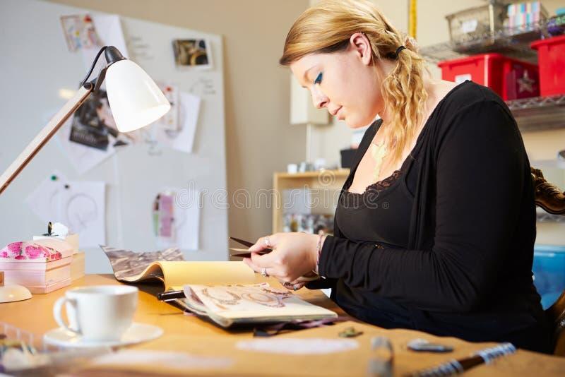 Jovem mulher Scrapbooking em casa fotografia de stock