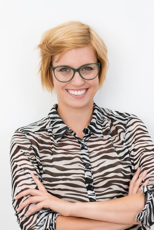 Jovem mulher segura feliz de sorriso imagem de stock