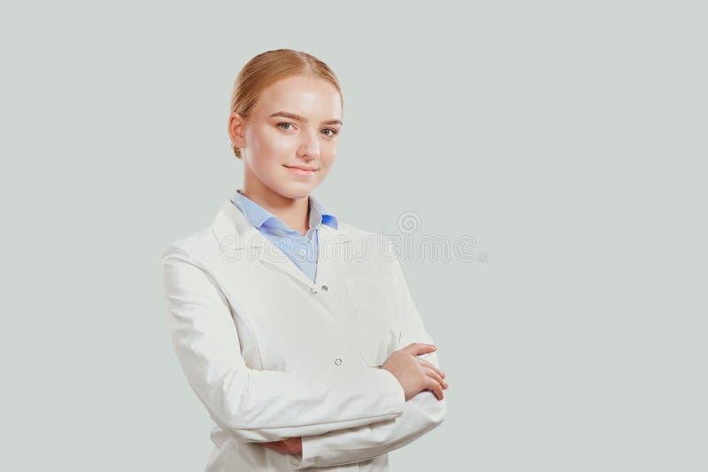 Jovem mulher segura no revestimento branco fotografia de stock