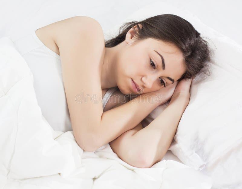 Jovem mulher sem sono da insônia fotografia de stock