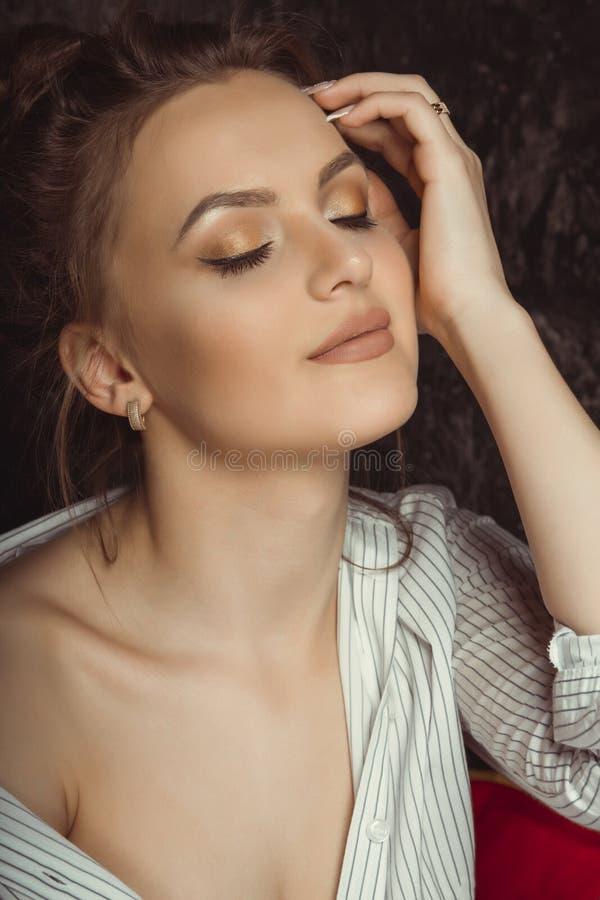 Jovem mulher sensual com composição natural em camisa listrada fotos de stock