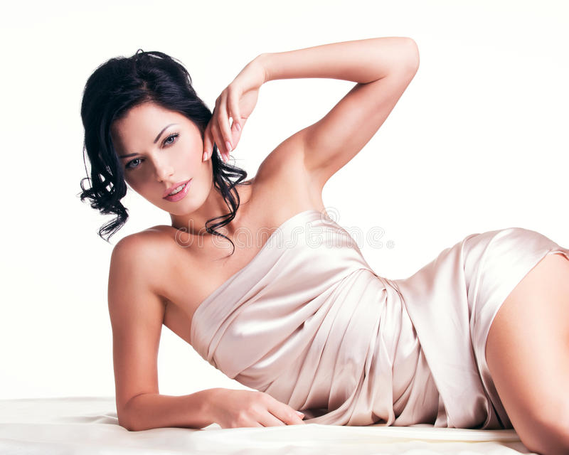 Jovem mulher sensual com corpo bonito na seda bege foto de stock royalty free
