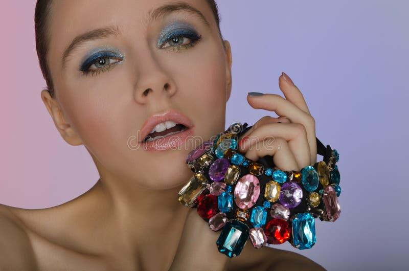 Jovem mulher sensual com um bracelete fotografia de stock royalty free