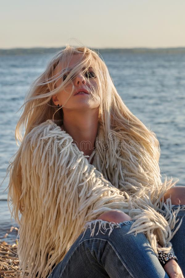 A jovem mulher sensual expressa emoções profundas com cabelo louro ventoso fotografia de stock royalty free