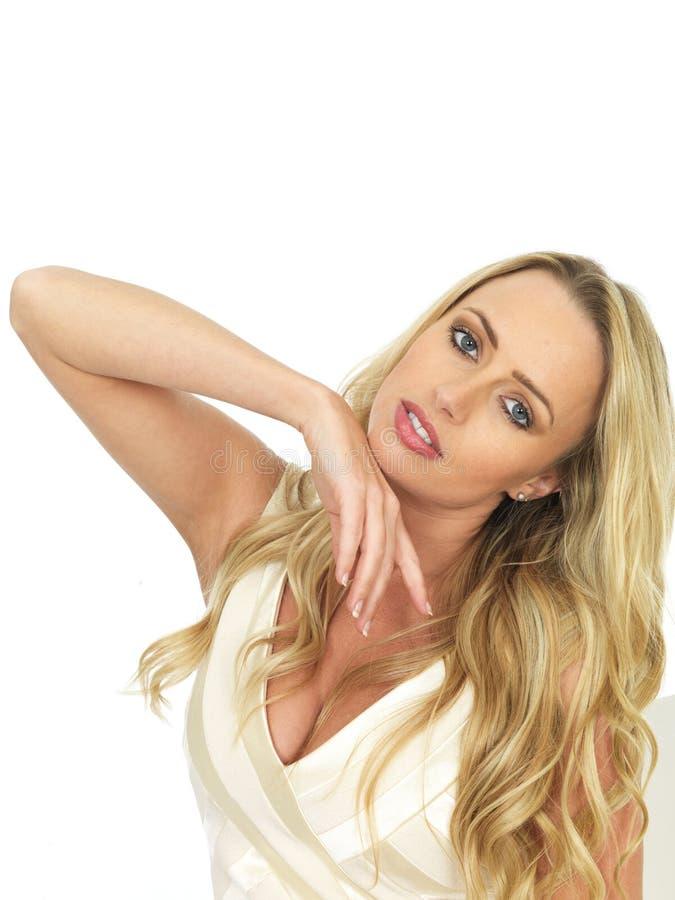 Jovem mulher sensual graciosa que olha romântica e bonita imagens de stock royalty free