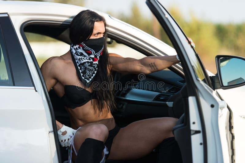 Jovem mulher sensual que relaxa no carro imagem de stock royalty free