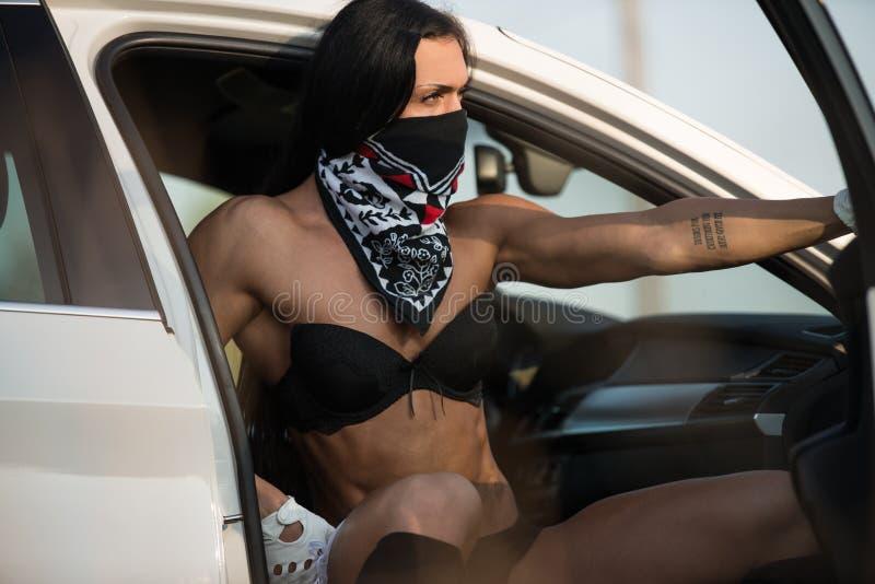 Jovem mulher sensual que relaxa no carro fotos de stock royalty free