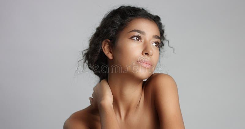 Jovem mulher sereno feliz com os olhos ideais verde-oliva bonitos de pele e de pele e de marrom do cabelo encaracolado no estúdio fotos de stock royalty free