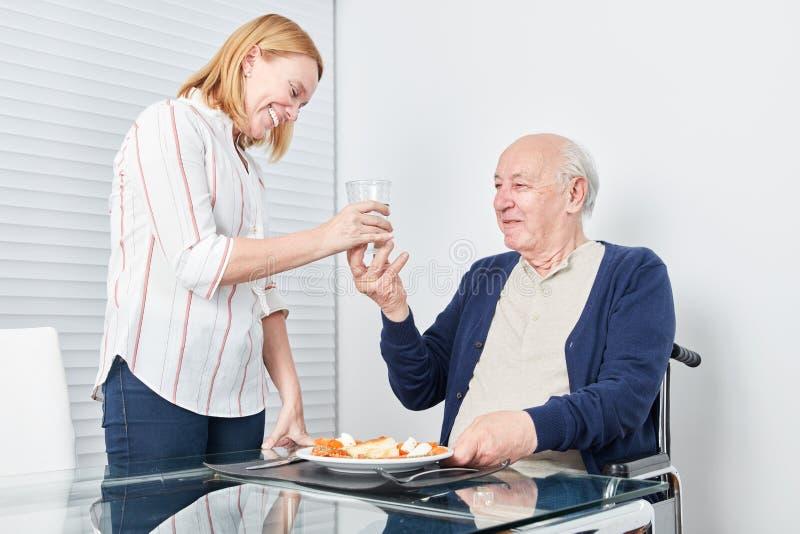 A jovem mulher serve o almoço superior imagens de stock