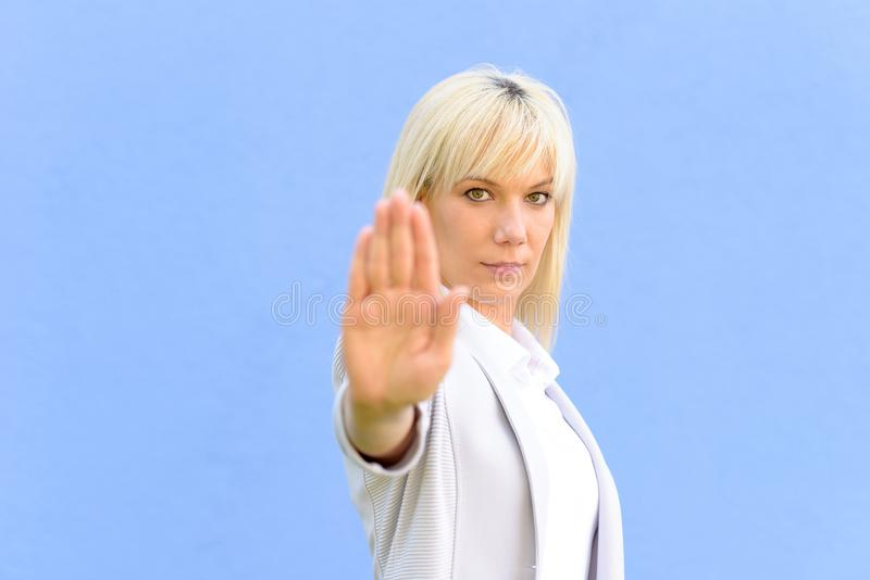 Jovem mulher severo que faz um gesto da parada fotos de stock