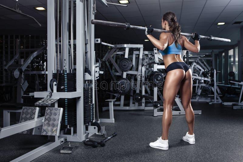 Jovem mulher 'sexy' bonita no gym fotos de stock royalty free