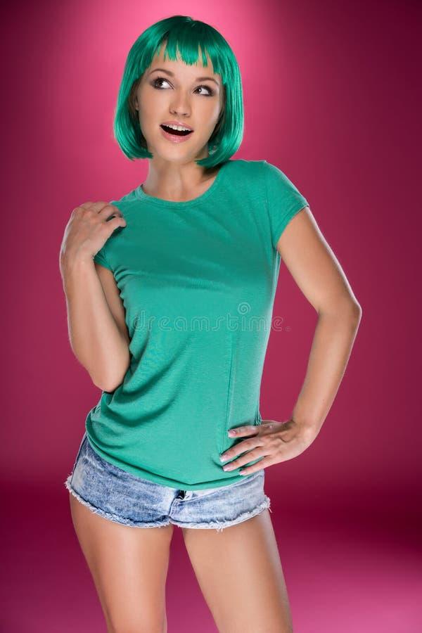 Jovem mulher 'sexy' com um penteado verde imagem de stock
