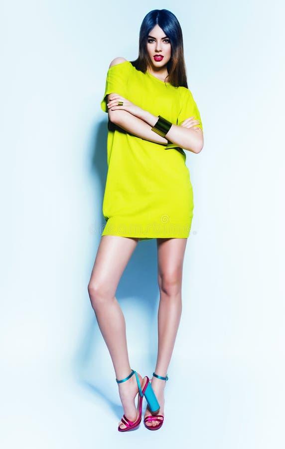 Jovem mulher 'sexy' no vestido verde de néon fotografia de stock royalty free