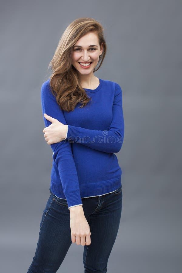 Jovem mulher 'sexy' que levanta com os braços levemente dobrados para o conforto fotos de stock royalty free