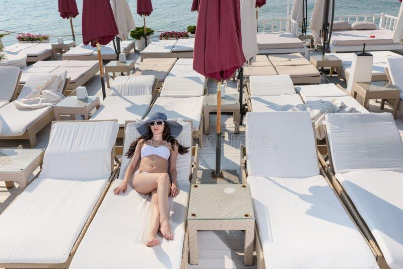 Jovem mulher 'sexy' só em uma estância balnear foto de stock royalty free