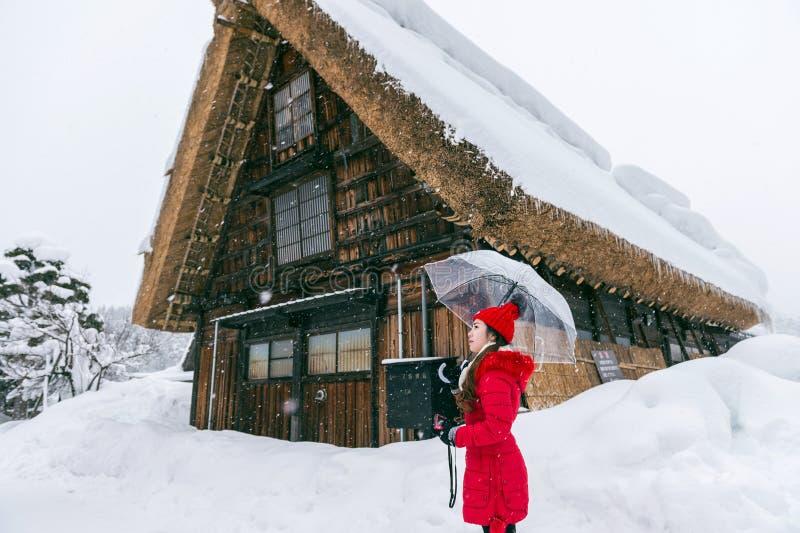 A jovem mulher Shirakawa-vai dentro vila no inverno, locais do patrimônio mundial do UNESCO, Japão fotografia de stock royalty free