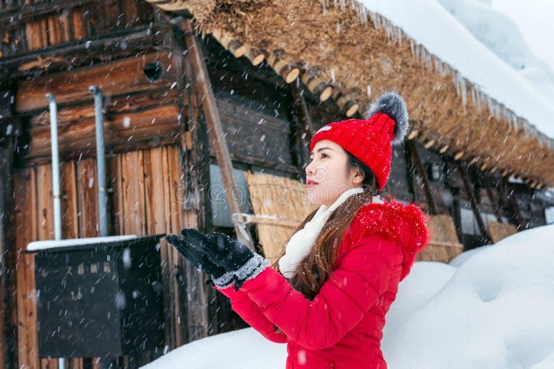 A jovem mulher Shirakawa-vai dentro vila no inverno, locais do patrimônio mundial do UNESCO, Japão fotos de stock royalty free