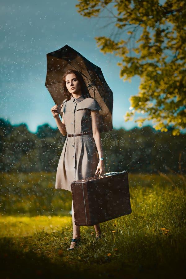 Jovem mulher sob a chuva fotos de stock