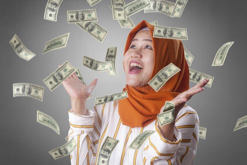Jovem mulher sob a chuva do dinheiro fotos de stock royalty free