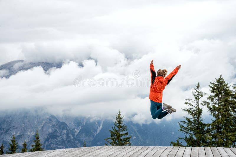 Jovem mulher sobre a montanha foto de stock royalty free