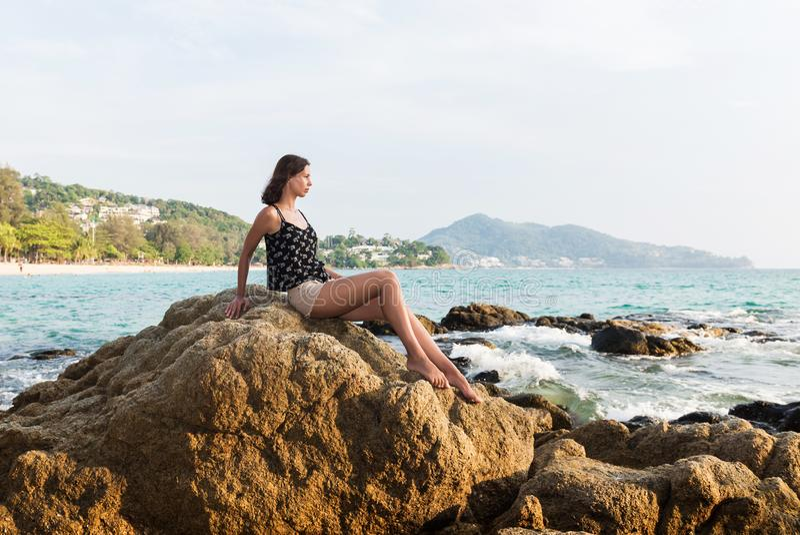 Jovem mulher sobre o fundo tropical do mar e da praia fotos de stock royalty free