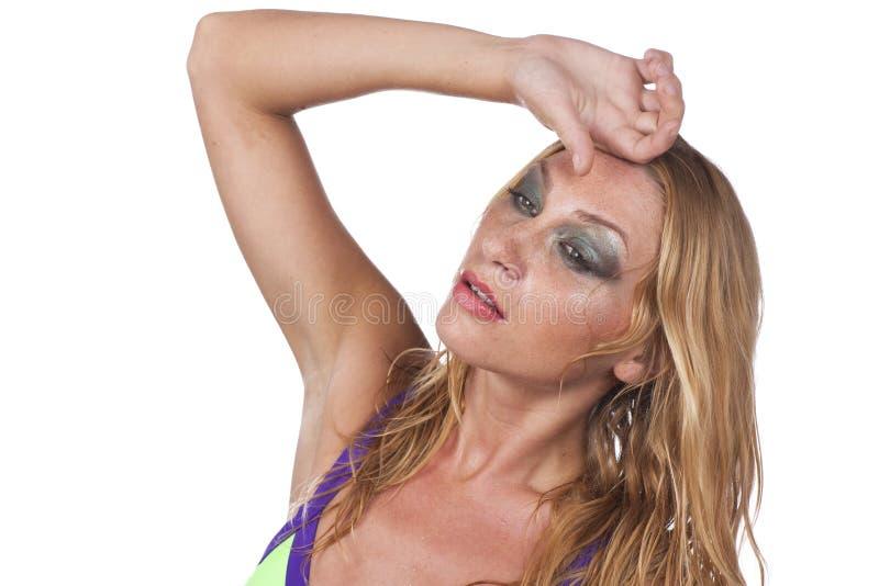 A jovem mulher sofre do calor do verão fotos de stock royalty free
