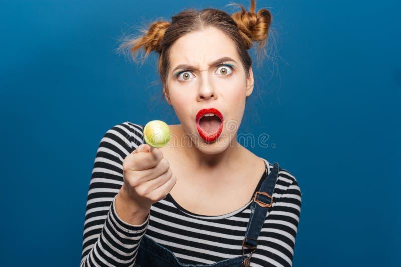 Jovem mulher surpreendida irritada com gritaria do pirulito imagens de stock