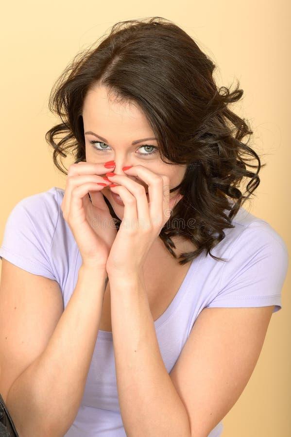 Jovem mulher tímido bonito insolente feliz atrativa imagem de stock royalty free