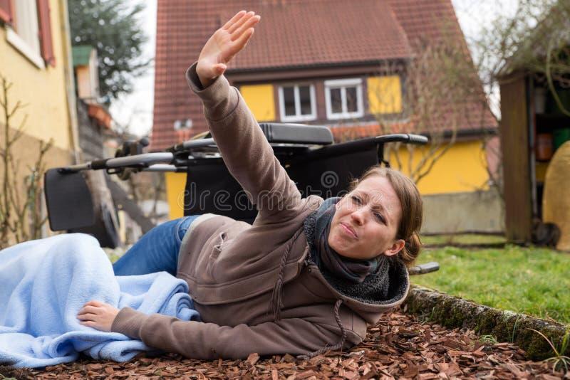 A jovem mulher teve um acidente fotos de stock