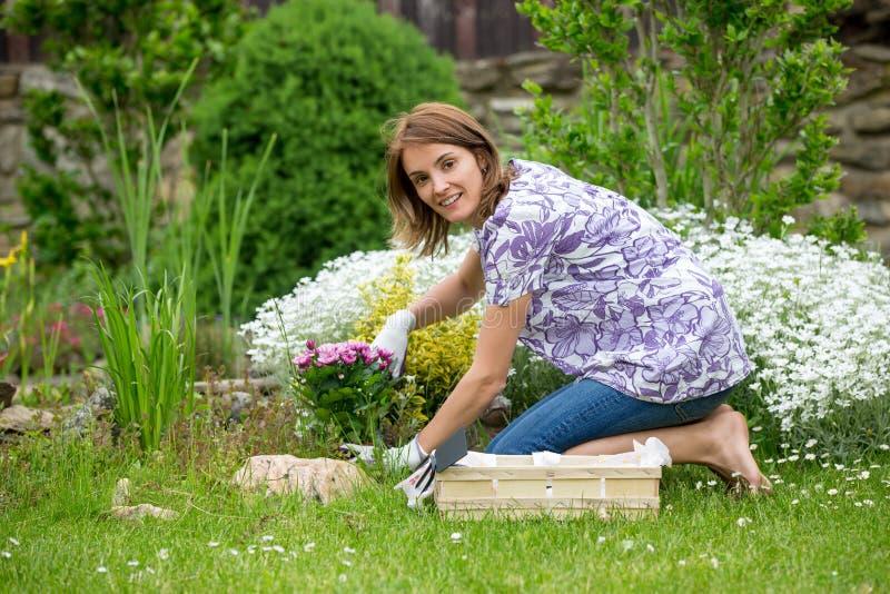 Jovem mulher, trabalhando no jardim foto de stock