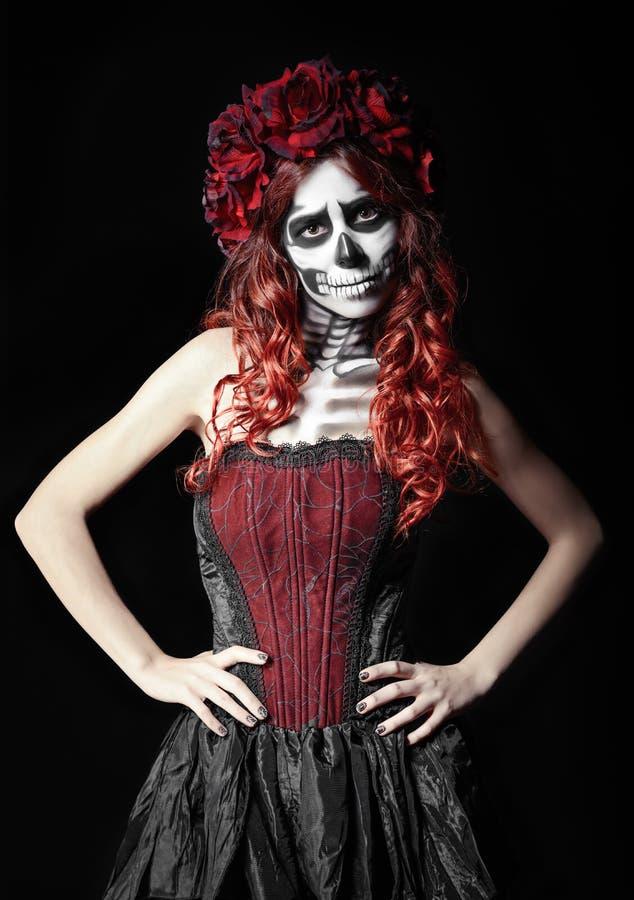 Jovem mulher triste com composição do calavera (crânio do açúcar) foto de stock
