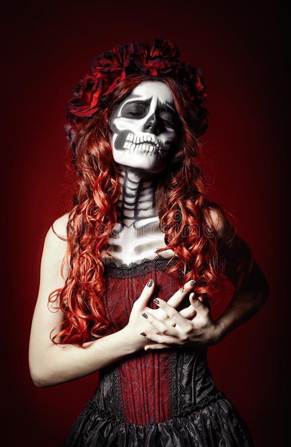 Jovem mulher triste com a composição dos muertos (crânio do açúcar) que guarda sua caixa fotos de stock