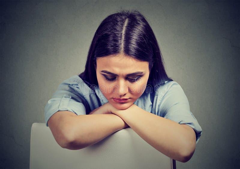 Jovem mulher triste na depressão fotos de stock