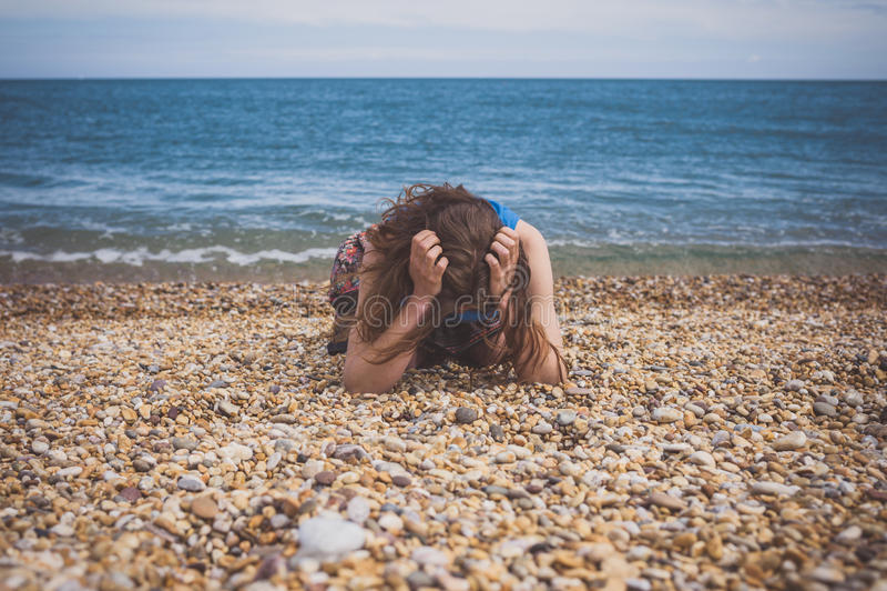 Jovem mulher triste na praia fotografia de stock