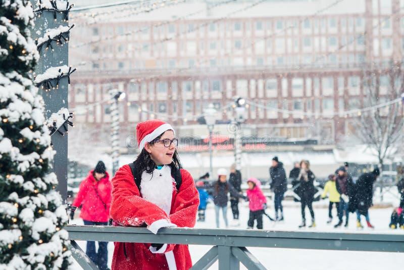 A jovem mulher vestida acima como de Santa participa no evento Éstocolmo Santa Run da caridade na Suécia no evento Éstocolmo Sant foto de stock royalty free