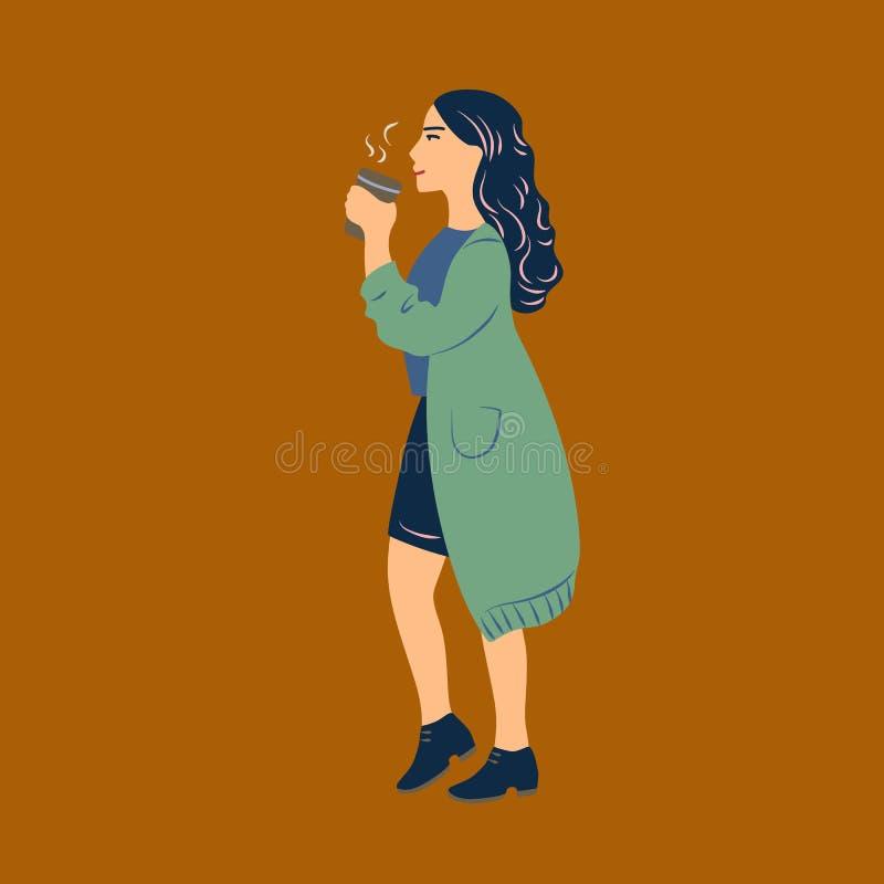 Jovem mulher vestida na roupa ocasional que anda e que bebe o café do copo de papel Menina bonita com a bebida quente isolada ilustração royalty free