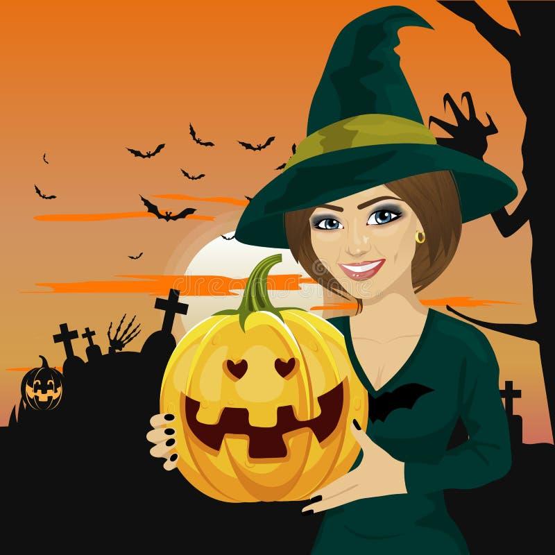 A jovem mulher vestiu-se como a bruxa que veste a roupa escura e que mantém a abóbora disponivel ilustração stock