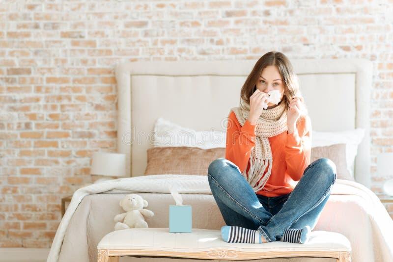 Jovem mulher virada que sofre da gripe em casa foto de stock royalty free