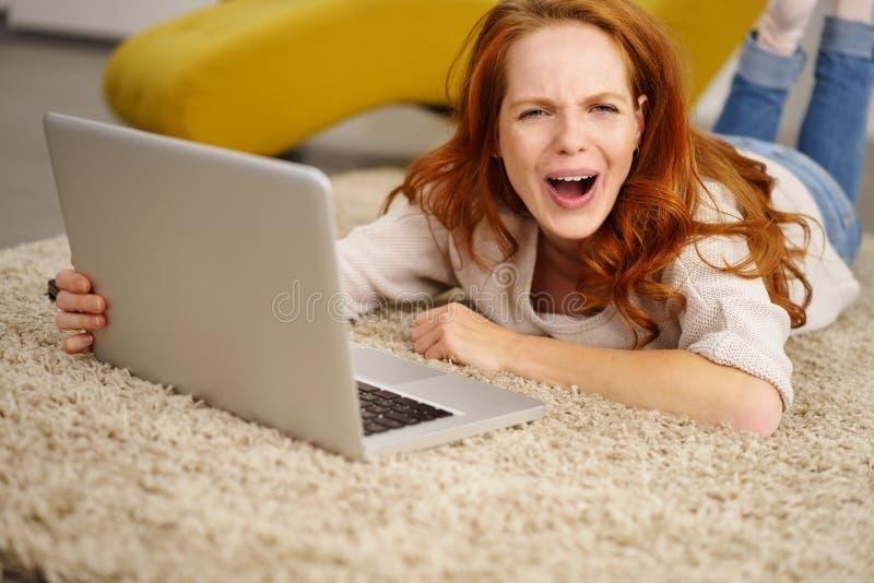 Jovem mulher vivo que ri da câmera imagem de stock royalty free
