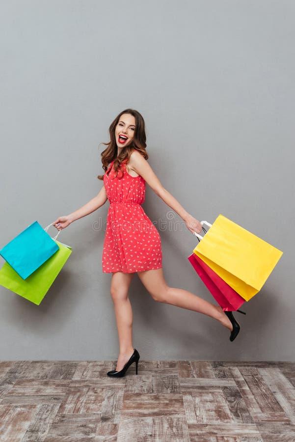 Jovem senhora alegre com corrida brilhante dos bordos da composição fotos de stock royalty free