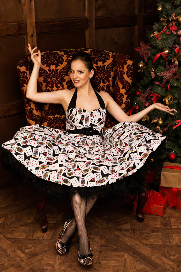 Jovem senhora alegre que senta-se perto da árvore de Natal imagens de stock