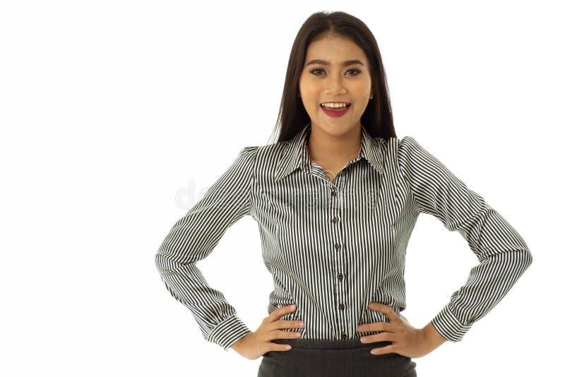 A jovem senhora asiática feliz bonita esteve com os braços akimbo imagem de stock