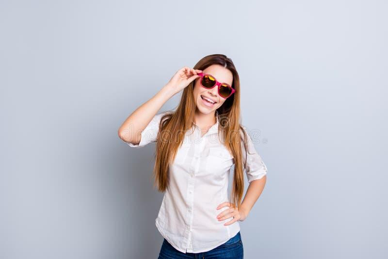 A jovem senhora atrativa com cabelo louro longo é tão flirty e jogo fotos de stock