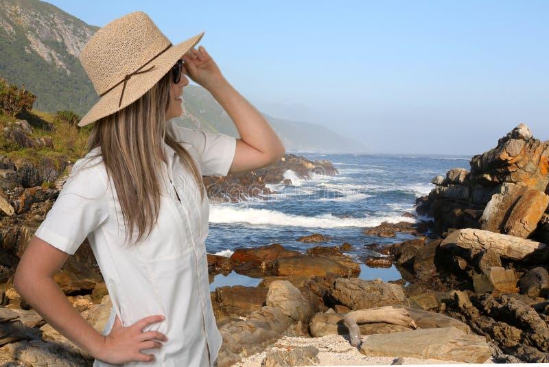 Jovem senhora bonita com Straw Hat Enjoying a vista litoral fotografia de stock royalty free