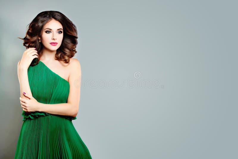 Jovem senhora bonita Fashion Model Mulher perfeita no vestido verde fotografia de stock royalty free